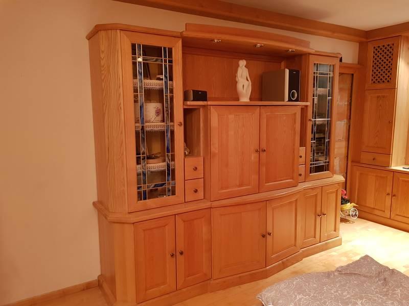 wohnzimmer einrichtung tischlerm bel vitrine massivholz. Black Bedroom Furniture Sets. Home Design Ideas