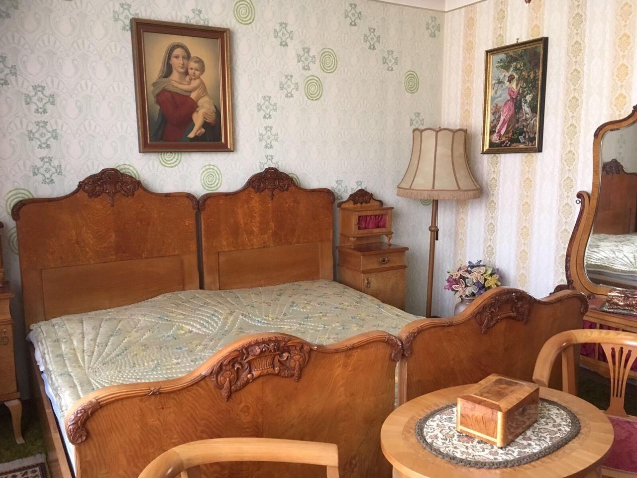 Antikes Schlafzimmer um die Jahrhundertwende