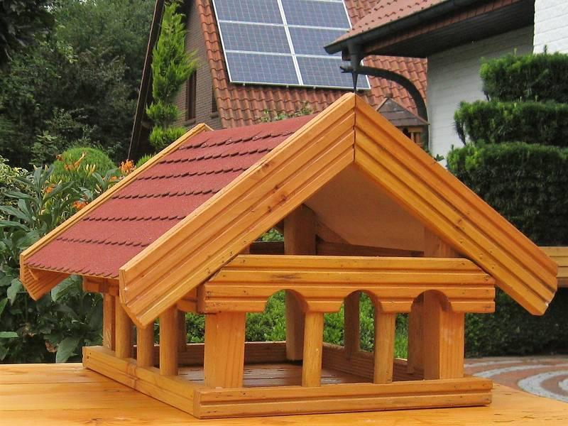 vogelfutterhaus mit futterschiene dach bitumenschindeln rot. Black Bedroom Furniture Sets. Home Design Ideas