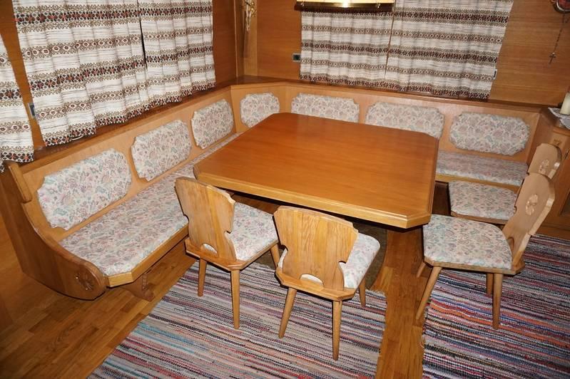 sitzecke mit tisch und vier st hlen. Black Bedroom Furniture Sets. Home Design Ideas